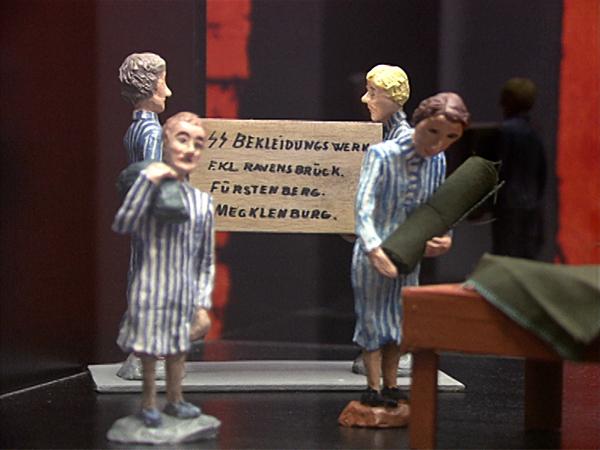 Figurengruppe von Inger Gulbrandsen: Frauenhäftlinge im Ravensbrücker Bekleidungswerk (Dreharbeiten 1994)
