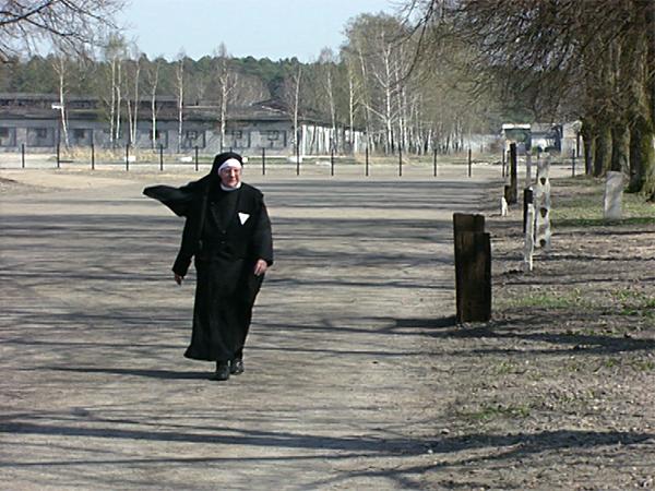 Katharina Katzenmaier (Schwester Theodolinde) auf dem früheren Lagergelände in Ravensbrück (Dreharbeiten 1995)