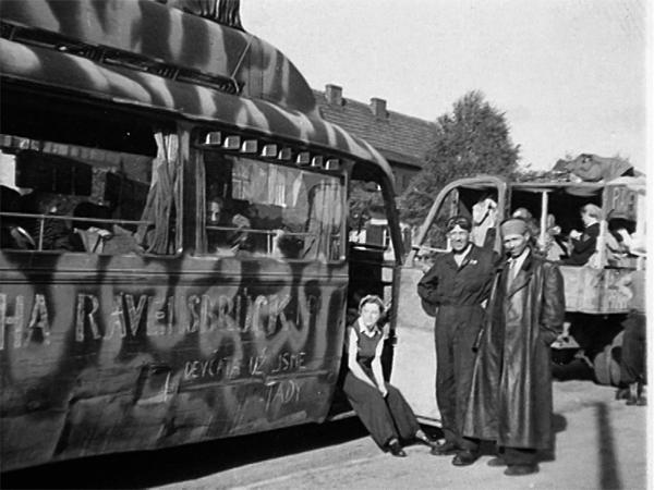 """Bus mit Aufschrift """"Praha-Ravensbrück"""" – Heimfahrt der Tschechinnen nach der Befreiung 1945, Hanka Housková sitzend in der Bustüre (Quelle: Privat H.Housková)"""