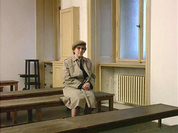 Libusé Nachtmanová im Wartesaal des Petschek-Palais, der früheren Gestapo-Zentrale in Prag (Dreharbeiten 1994)