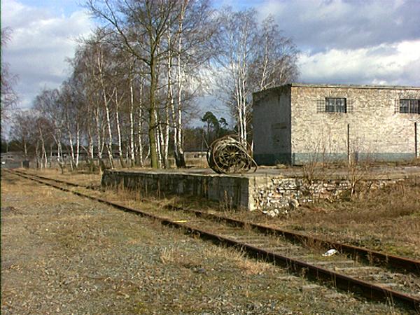 Bahngleis mit Lade-Rampe auf dem Gelände des früheren Siemenslagers in Ravensbrück (Dreharbeiten 1994)