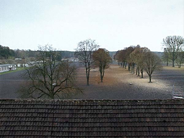 Blick vom Dach des Kommandanturgebäudes über das Lagergelände des früheren KZ Ravensbrück  (Dreharbeiten 2004)