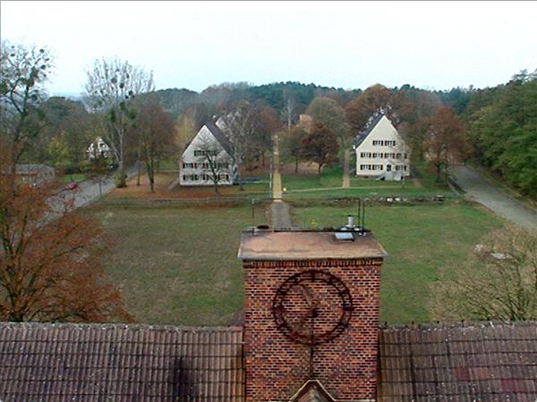 Blick vom Dach des Ravensbrücker Kommandanturgebäudes auf die früheren Wohnhäuser der Aufseherinnen (Dreharbeiten 2004)