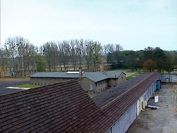 Blick von oben auf das Lagergelände Ravensbrück mit Garagen und Zellenbau (Dreharbeiten 2004)