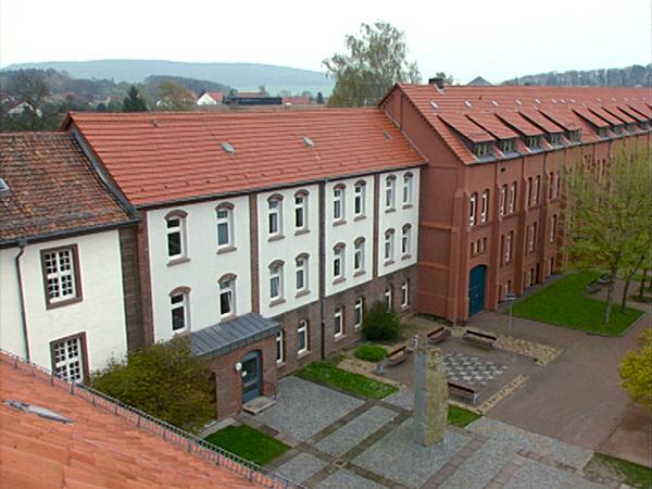 Blick auf den Gebäudekomplex und Hof des früheren KZ Moringen, Frauen-KZ von 1934 bis 1938 (Dreharbeiten 1998)