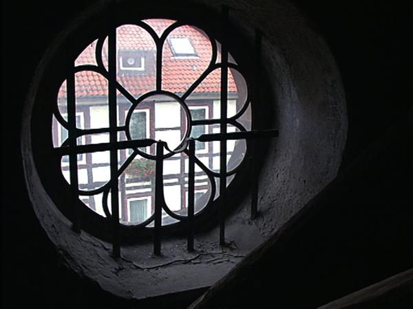Blick aus einem Dachfenster des früheren KZ Moringen auf die Hauptstraße des Ortes (Dreharbeiten 1998)